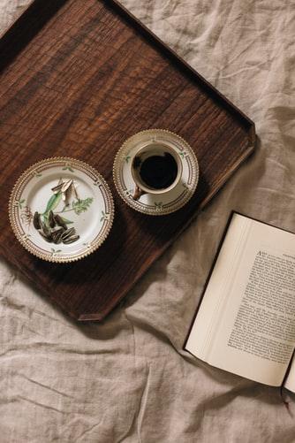 本とコーヒーの画像